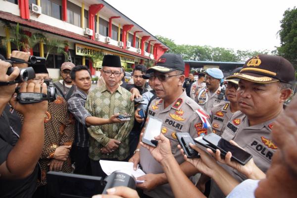 Wakapolda Kepri, Brigjen Pol. Drs. Yan Fitri Halimansyah diwawancarai awak media. Foto : humaspoldakepri