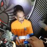 Tersangka Hori (tengah) diwawancarai awak media saat Polres Lumajang menggelar jumpa pers. foto ist
