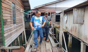 """Bakal Calon Bupati Bintan, Alias Wello saat keluar dari rumah """"Rumah Perubahan"""" yang dibelinya di Kampung Mentegi, Kelurahan Tanjung Uban Kota, Bintan Utara. Foto ist."""