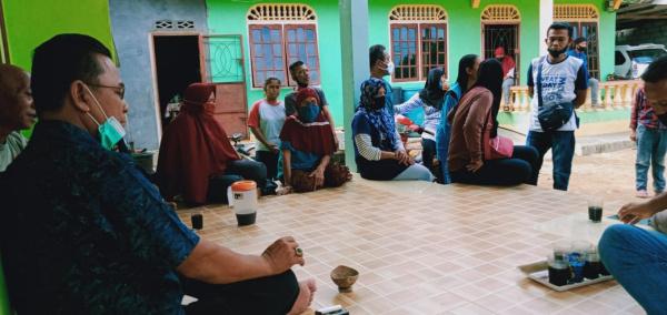Anggota DPRD Kepri Dapil Bintan-Lingga, Drs. Khazalik berdialog dengan warga Kampung Mentigi Dalam Bintan. foto ist