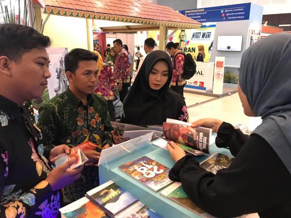 Petugas Stand Aceh memberikan penjelasan kepada pengunjunhlh. foto. ist