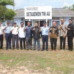 DPRD Kepri foto bersama ketika usai mengunjungi Detasemen TNI AU