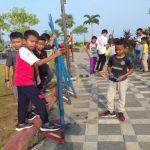 Terlihat antusias anak-anak Kepri bermain egrang di Laman Boenda Tepi Laut Tanjungpinang Provinsi Kepri. foto ist.