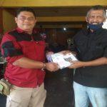 Ketua PWI Tanjungpinang-Bintan Zakmi (kiri) menyerahkan APD jenis Masker kepada salah seorang wartawan. foto ist.
